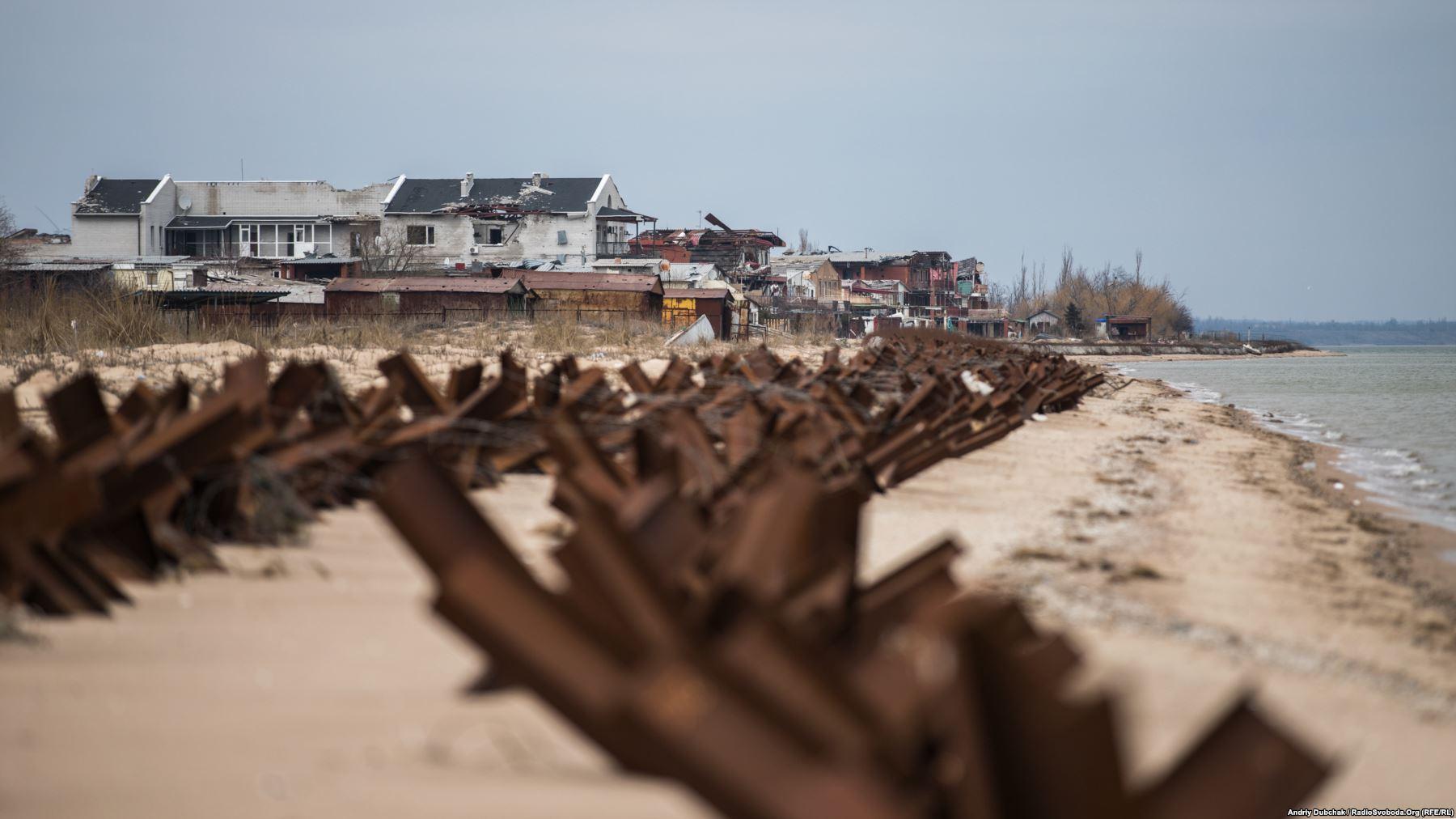 «Український Дюнкерк». Панорамний вигляд на курортні елінги, які стоять на березі Азвоського моря
