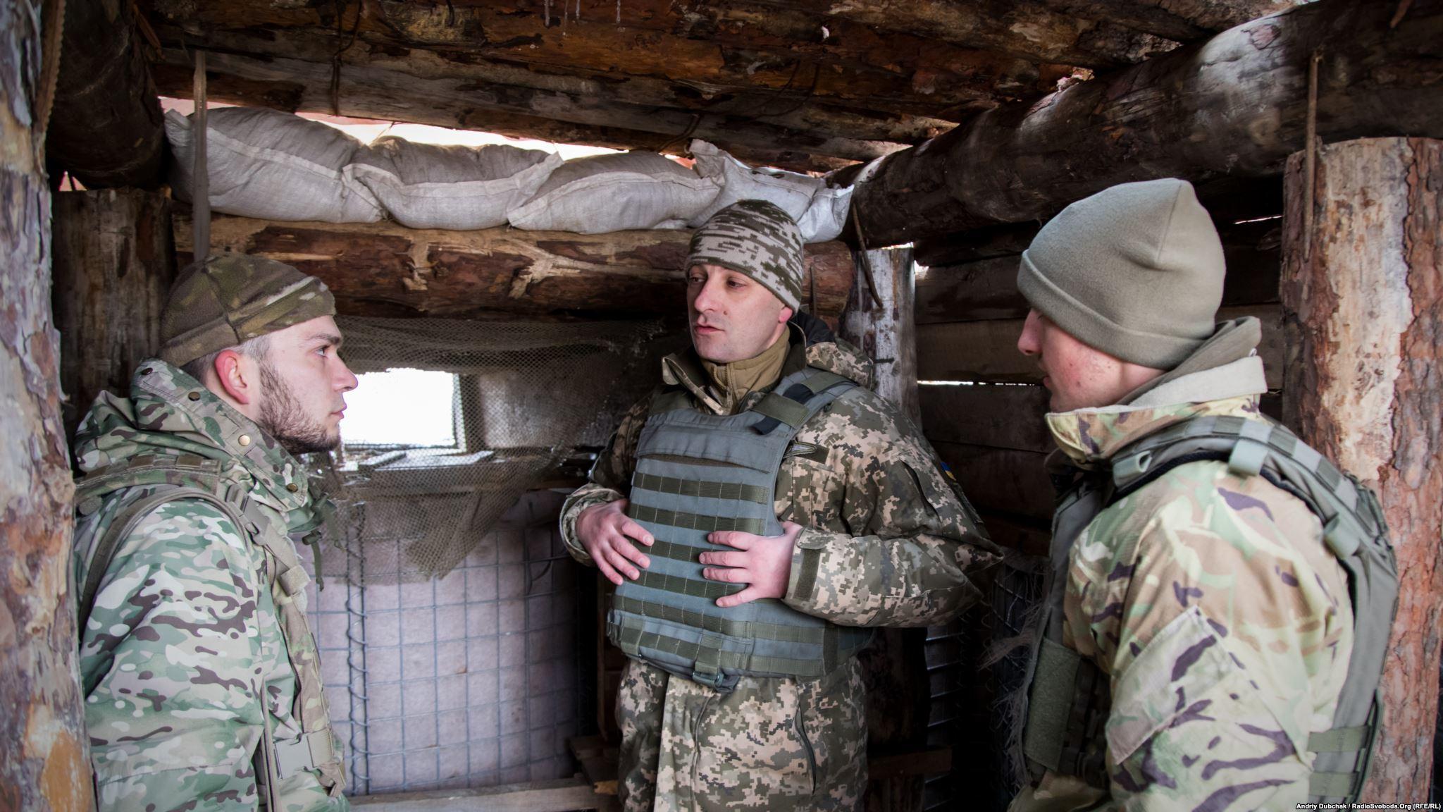 Дмитро Делятицький (у центрі) слухає доповідь матроса морської піхоти про ситуацію на передовій Photo: Andriy Dubchak
