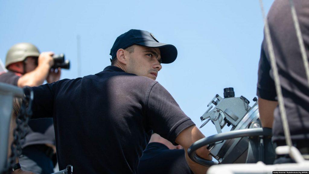 Командир корабля, капітан третього рангу Віталій Кубарич на ходовому містку, photo: Andriy Dubchak