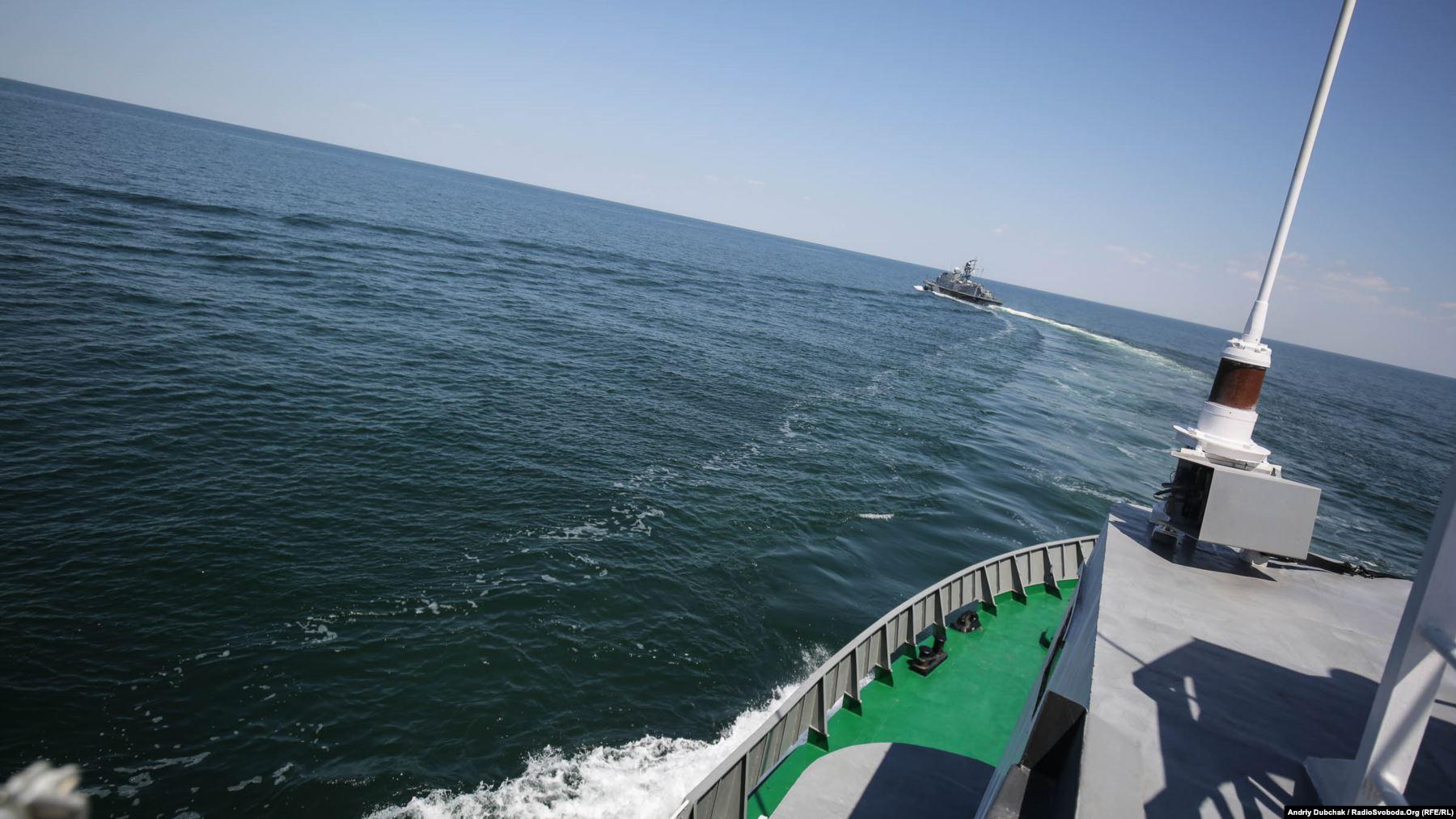 Ракетний катер ВМС ЗСУ «Прилуки» заходить на курс, з якого вестиме бойові стрільби, фото: Andriy Dubchak