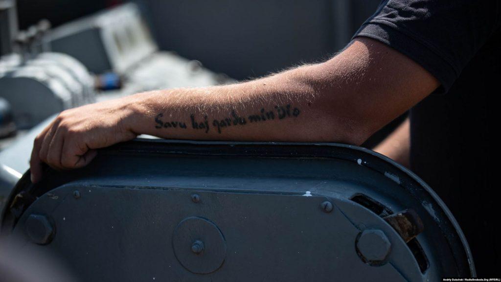 Тату на руці моряка «Savu kaj gardu min, Dio!» – переклад з есперанто: «Cпаси і збережи мене, Боже!»