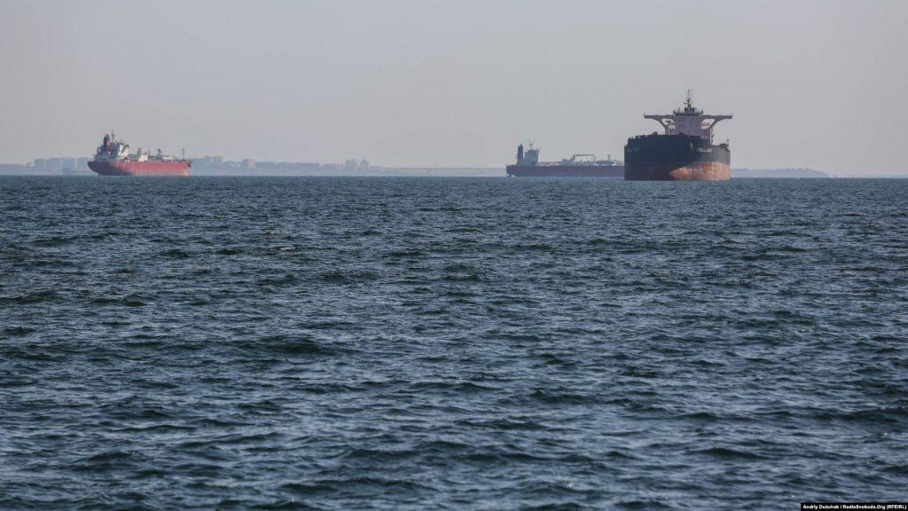 Цивільні судна, які стоять на рейді порту Одеса, photo Андрій Дубчак
