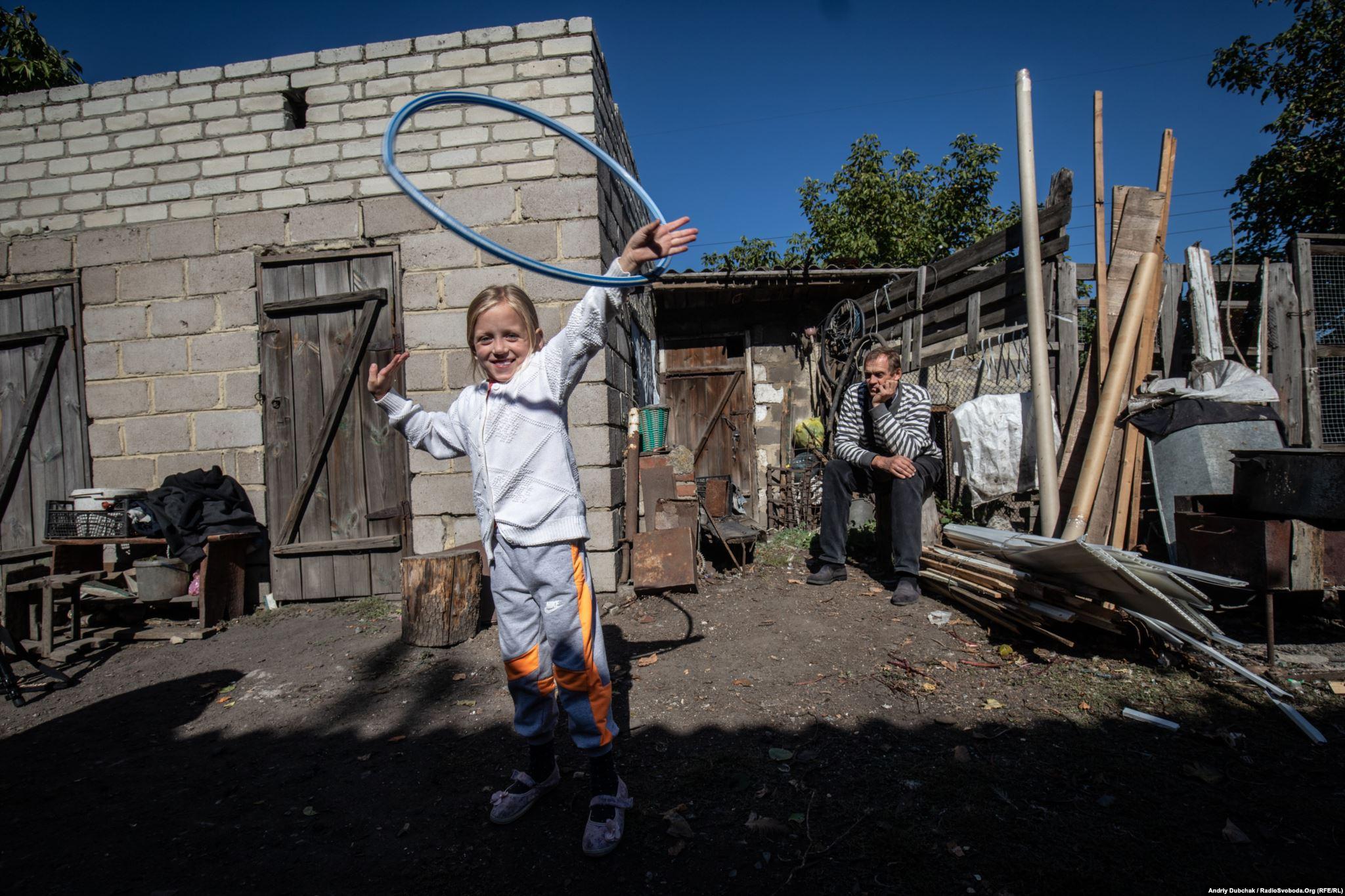 Тома, 6 років, Мар'їнка. Війна в Україні. Діти на лінії фронту. Фото: Andriy Dubchak