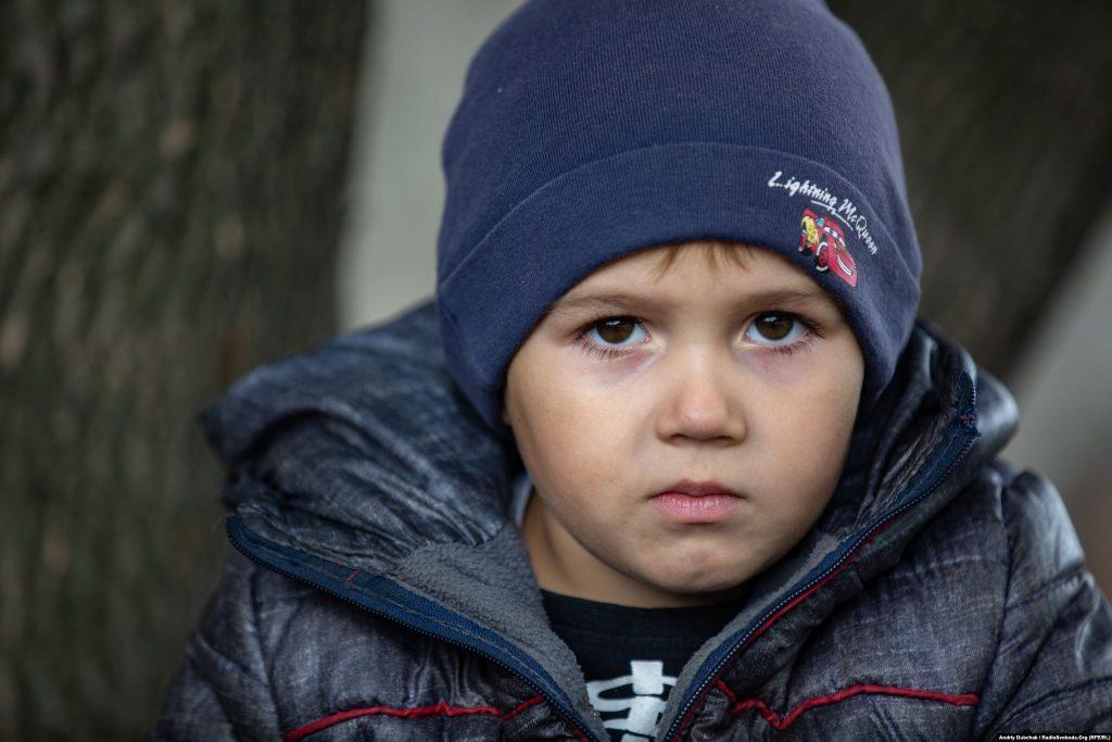 Жора (чотири роки) з Золотого-4. Війна в Україні. Діти на лінії фронту. Фото: Andriy Dubchak