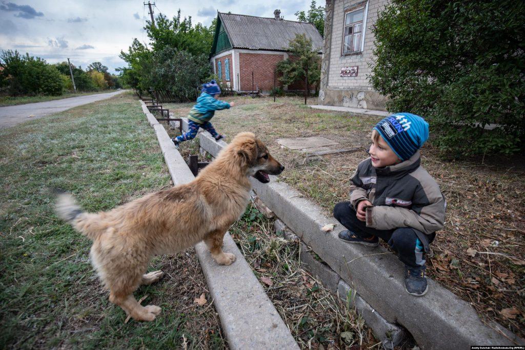 Діти грають у селищі Луганське. Війна в Україні. Діти на лінії фронту. Фото: Andriy Dubchak