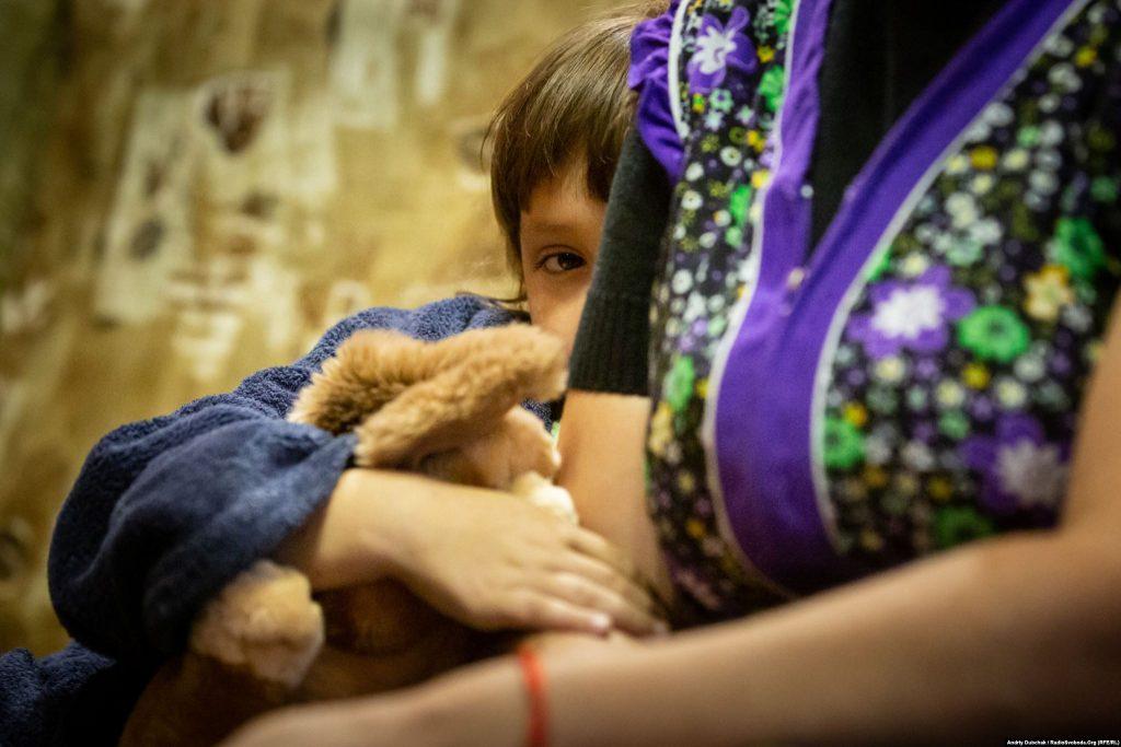 Соня, 6 років, Красногорівка. Війна в Україні. Діти на лінії фронту. Фото: Andriy Dubchak