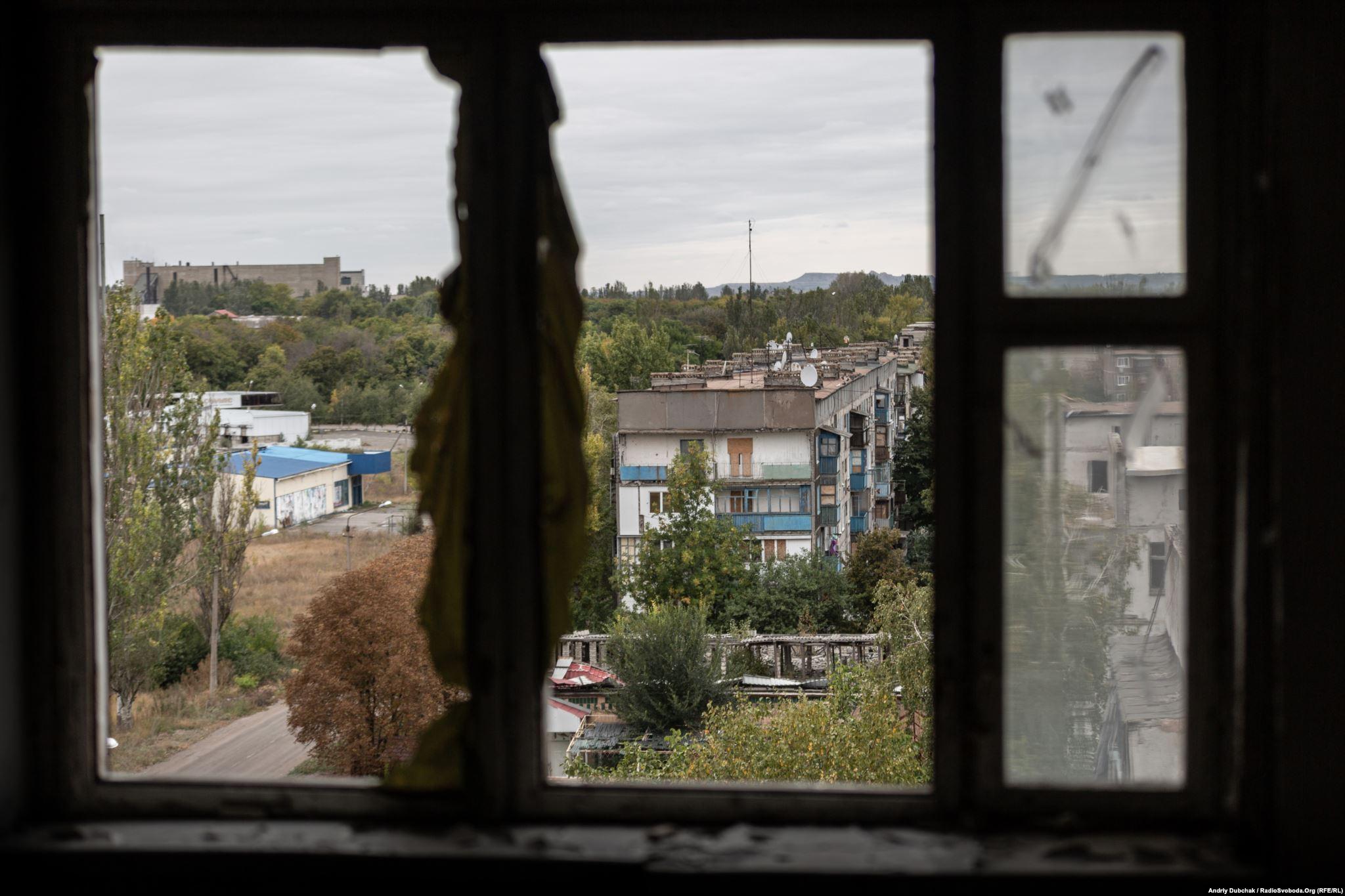 A window damaged by shelling in Sofia's five-story Krasnohorivka apartment building. (photo: Andriy Dubchak)