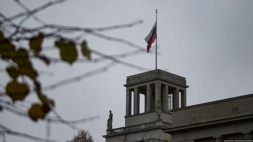 У 2005 році Путін назвав розпад СРСР найбільшою геополітичною катастрофою 20-го сторіччя. У жовтні цього року він висловив надію, що другої Холодної війни не буде, додавши, що Росію вона в будь-якому разі зачепить меншою мірою завдяки передовим озброєнням. На фото – прапор з радянською зіркою на щоглі над посольством Росії у центрі Берліну
