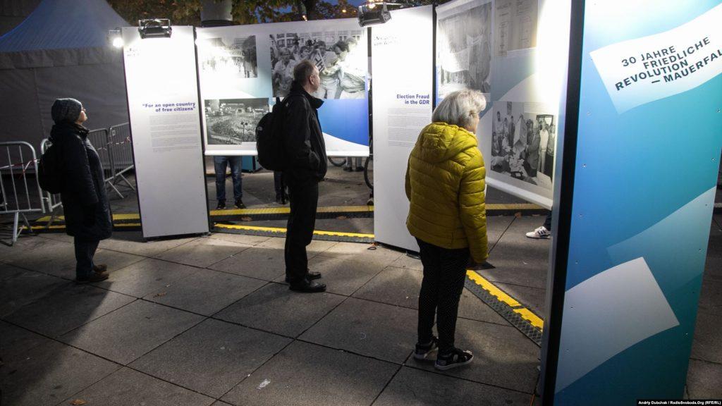Німці й туристи розглядають інформаційні стенди, присвячені річниці падіння муру. Цими днями їх можна було зустріти по усьому місту