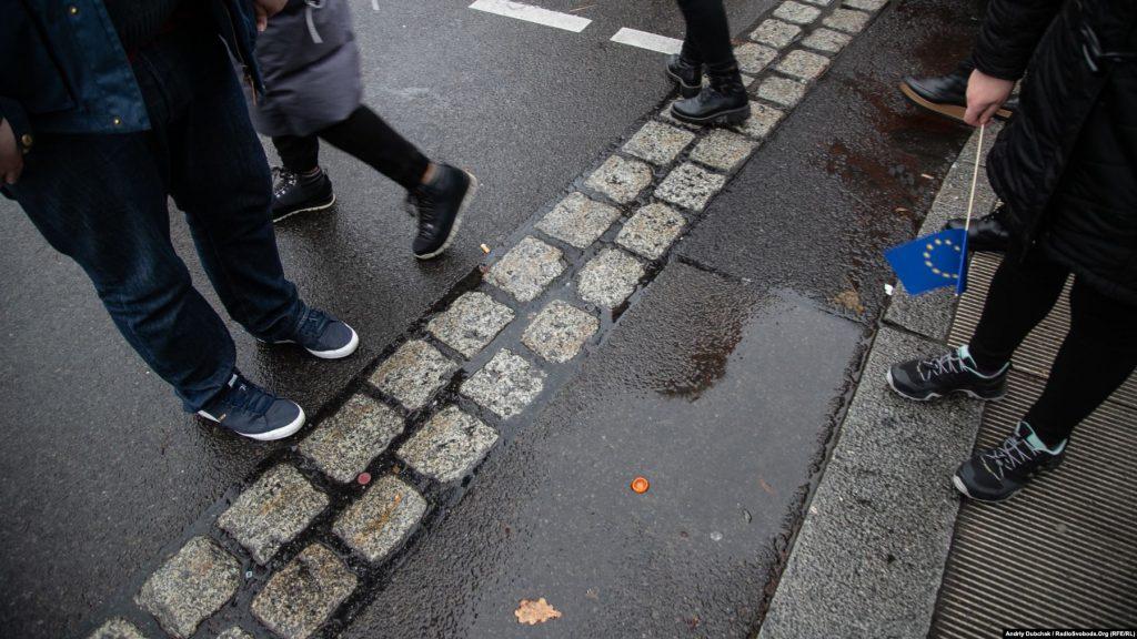 Але Берлінський мур у головах лишається. Незважаючи на те, що Схід Німеччини в економічному плані упевнено наздоганяє Захід, за одним із опитувань, 57 відсотків мешканців Сходу Німеччини заявили, що відчувають себе «громадянами другого сорту», і майже половина з них не задоволені тим, як функціонує демократія. Фото - Андрій Дубчак