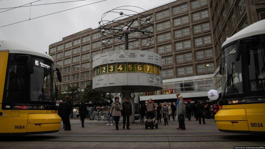 Іще одне з визначних місць Східного Берліну – світовий годинник на Александерплац, який показує час у містах по всьому світі. 4 листопада 1989 року тут відбувся наймасовіший мітинг в історії НДР – за різними оцінками, в ньому взяли участь від 200 тисяч до мільйона людей. Листопадові мирні виступи під гаслами «Ми – народ!» закінчилися падінням Берлінського муру, який десятки років розділяв столицю Німеччини. Також – трамваї. Якщо ви їх бачите – ви у Східному Берліні