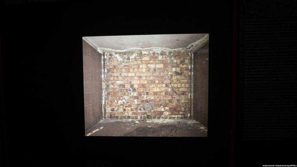 Архівна фотографія підземної частини муру на станції метро «Бернауер-штрассе»