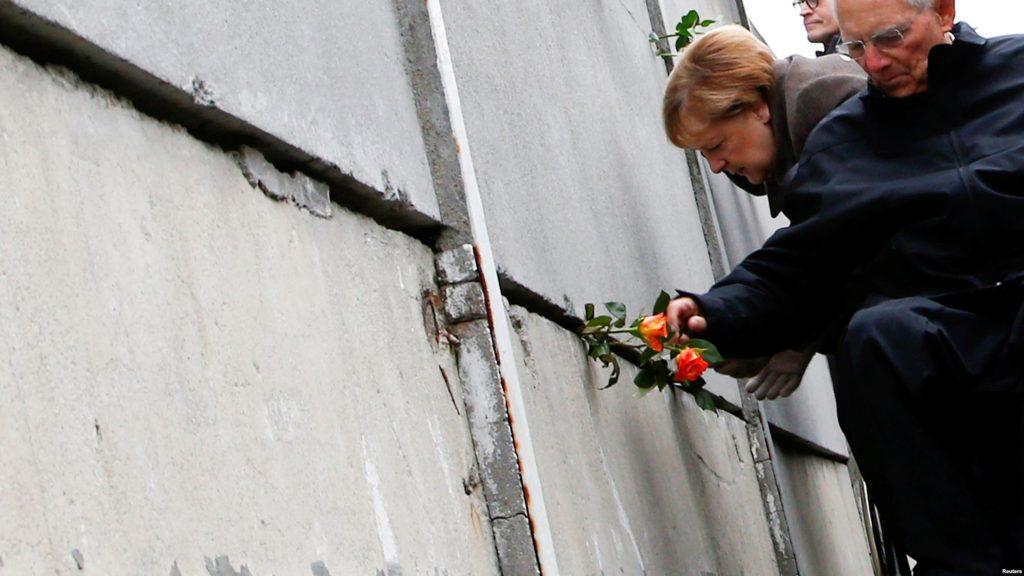 Із нагоди річниці Берлін відвідало багато міжнародних делегацій і офіційних представників. Канцлер Німеччини Анґела Меркель у своєму виступі зазначила, що цінності, на яких заснована Європа, – свобода, демократія, рівність громадян, правова держава і повага до прав людини, – потребують захисту і зараз. Цей день, заявила вона, «особливим чином відображає як найжахливіші, так і найщасливіші моменти німецької історії, цей день нагадує нам про необхідність рішуче протистояти ненависті, расизму й антисемітизму». Канцлер Німеччини мала на увазі історичний збіг. 9 листопада 1989 року відбулося падіння Берлінського муру, а 9 листопада 1938 року в гітлерівській Німеччині пройшли єврейські погроми, після яких, як нагадала Меркель, почалися злочини нацистів проти людяності і Голокост