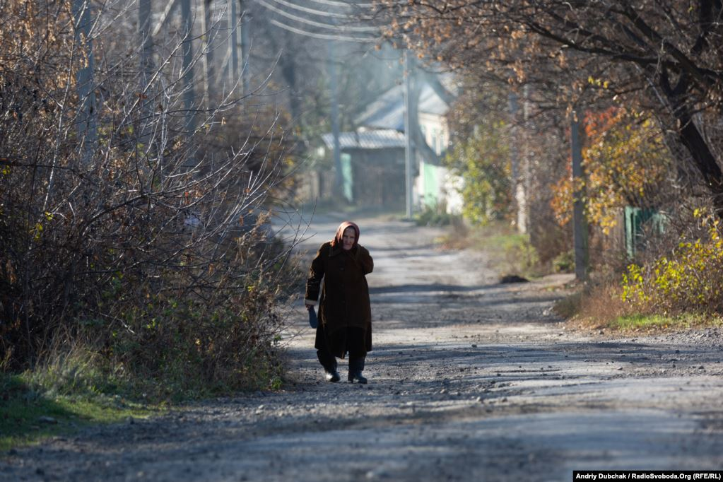 """In the streets of Katerynivka we meet 79-year-old Ivanivna. She read about the disengagement of forces """"on a utility pole"""" and said that she didn't like what was happening (photographer Andriy Dubchak)"""