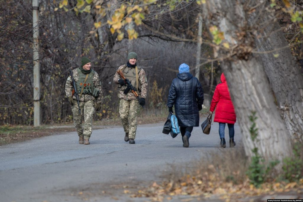 """Many soldiers, National Guardsmen and police patrol the streets. One of the reasons is the presence of war veterans here in Zolote. These are Azov volunteers who oppose the withdrawal of troops from the front lines. Locals are divided – some are """"for disengagement"""", others are """"strongly against"""". Both camps are united and divided over one thing – fear of the future (photographer Andriy Dubchak)"""
