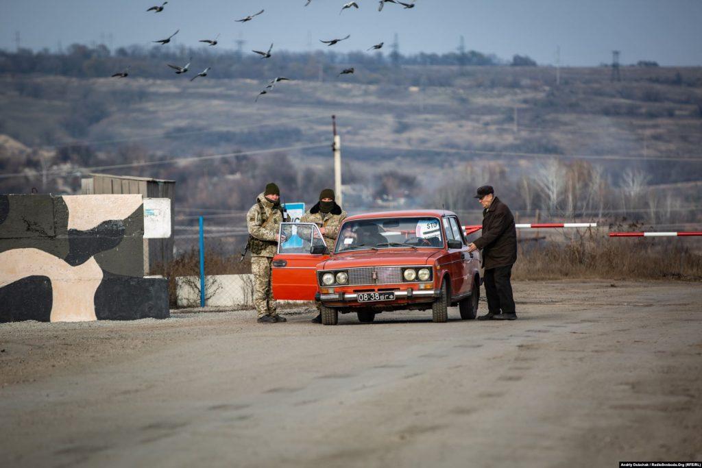Саме КПВВ «Золоте», як і раніше, працює лише з української сторони. І є єдиною дорогою до Катеринівки, яка знову стала «напівсірою». Золоте (кореспондент Андрій Дубчак)