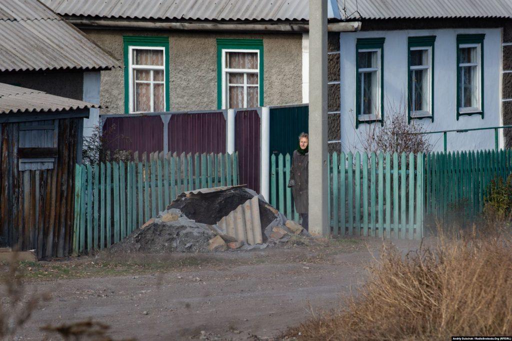 Місцеві з пресою не дуже хотіли розмовляти і намагалися триматися далі від камер. Хтось із них був за, хтось проти розведення, але ось воно відбулося, і тепер усі чекають, що ж воно буде далі і яким буде життя у знову «напівсірій зоні». Село раніше вже було у «сірій зоні». У січні 2018-го українська армія повернула його під свій контроль