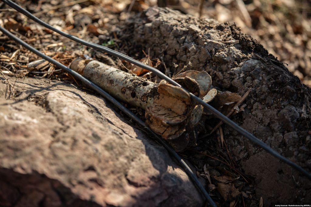 Хвостовик від міни поблизу житлових армійських позицій на КПВВ «Золоте». Золоте (фотограф Андрій Дубчак)