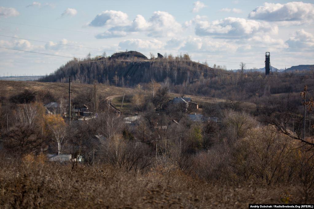 У селищі розташована шахта «Родіна», яка зараз не працює. Недалеко також шахти «Золота» і «Карбонід» – фактично єдине місце роботи для місцевих жителів (фотограф Андрій Дубчак)