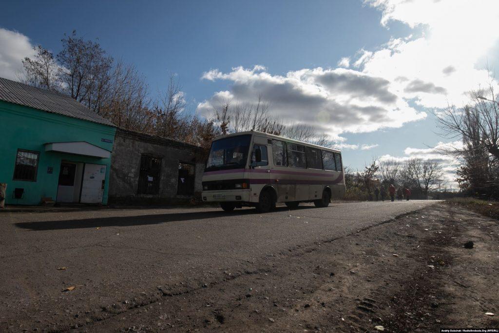 Чотири рази на день із селища до Лисичанська ходить автобус.  Золоте (фотограф Андрій Дубчак)