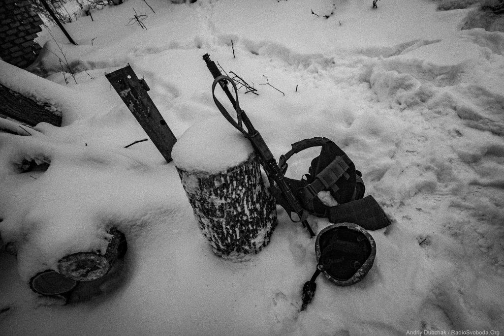 Авдіївська промка - автомат, каска та боронік бійця, який відійшов «до вітру». Фото: Андрій Дубчак