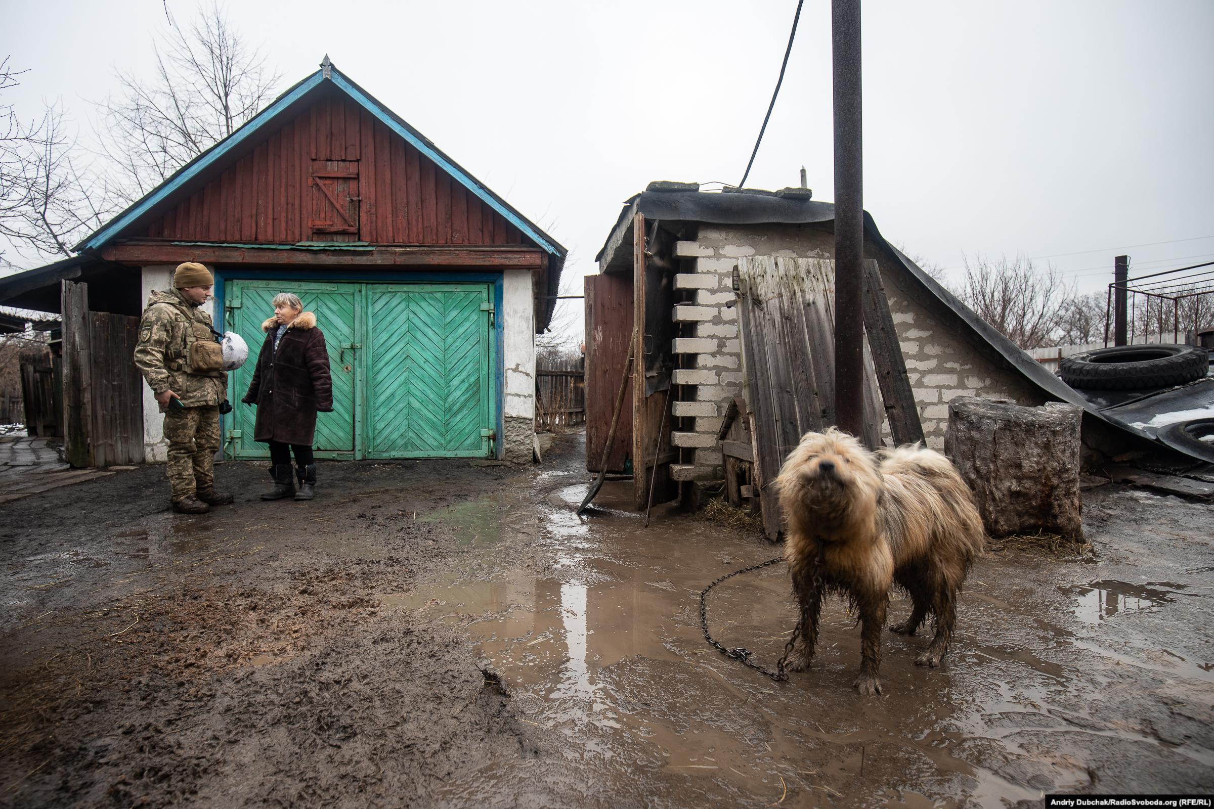 Жителька Золотого-4 розмовляє з офіцером ЗСУ Романом Photo: Andriy Dubchak/RadioSvoboda.org