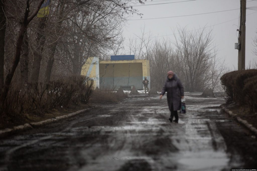 У селищі багато військових, на фото – черговий на КПП до позицій ЗСУ (photo: Andriy Dubchak)