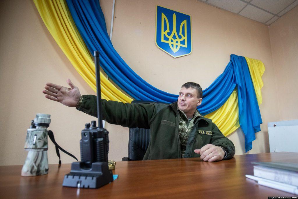 Голова ВЦА Дмитро Кондратьєв розповідає про ситуацію у селищі під час артобстрілу (photo: Andriy Dubchak)
