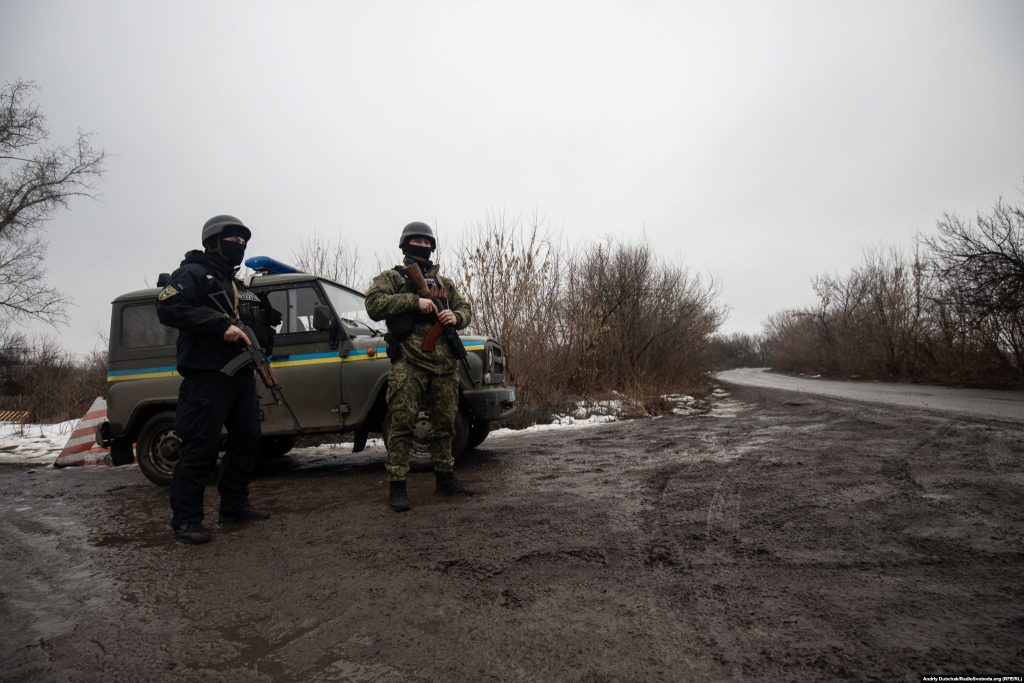 Патруль поліції на в'їзді в Золоте-4 (фото: Андрій Дубчак)
