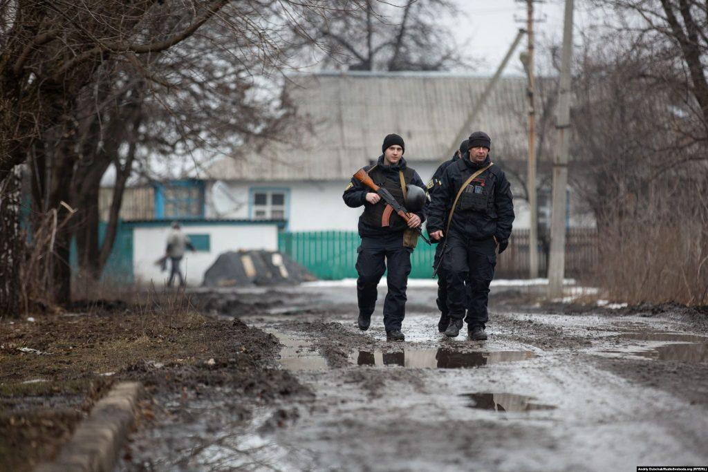 Поліцейській патруль роти «Святослав» на вулиці Золоте-4 (фото: Андрій Дубчак)