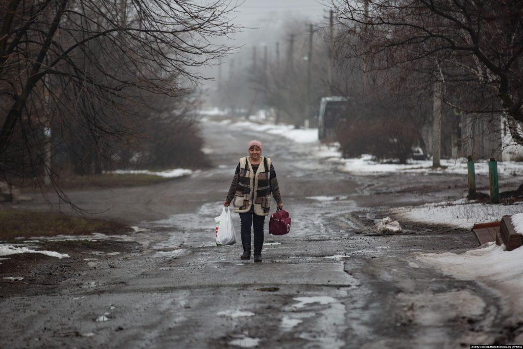 Медик селища Оріхове йде вулицею з чергового виклику. Фото: Андрій Дубчак