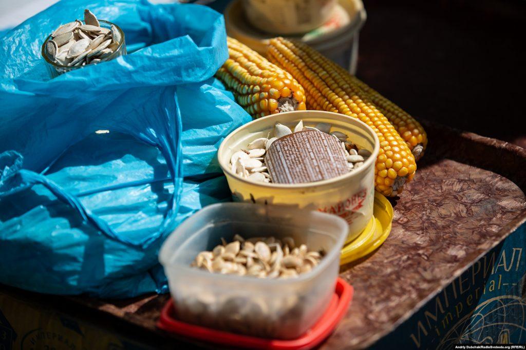 Насіння та зернята, якими торгує на базарі Валентина Михайлівна