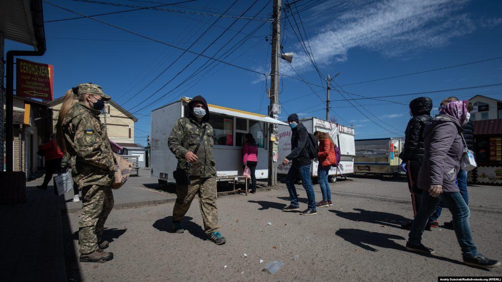 Люди біля входу до калинівсього базару. Фото - Андрій Дубчак