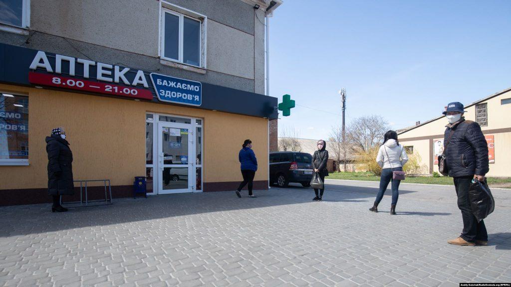 Люди у черзі тримають безпечну дистанцію біля однієї з аптек Калинівки