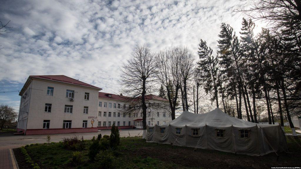 Перший корпус Калинівської ЦРЛ де зараз лікуються хворі на COVID-19. Фото - Андрій Дубчак
