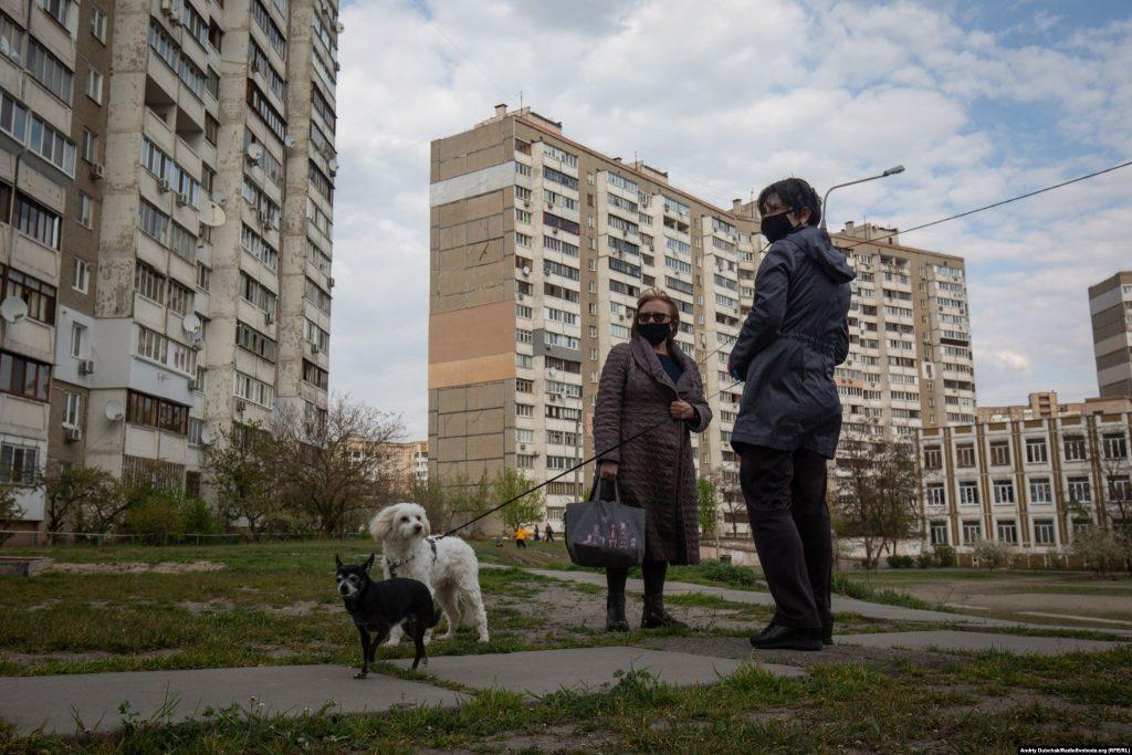Жінки вигулюють собак між будинками вулиці Радунської. Фото - Андрій Дубчак