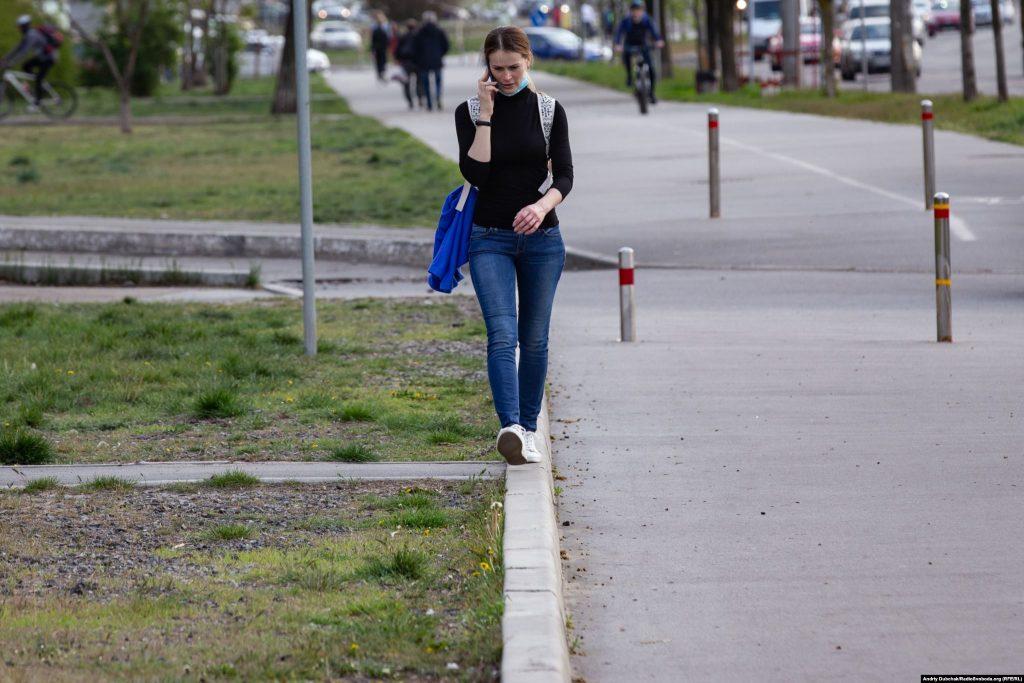 По бордюру з телефоном. Фото - Андрій Дубчак