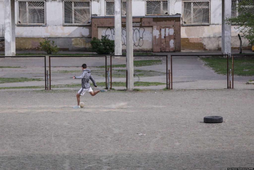 Молодий футболіст тренується на спортмайданчику школи в районі вулиці Радунської. Фото - Данило Дубчак