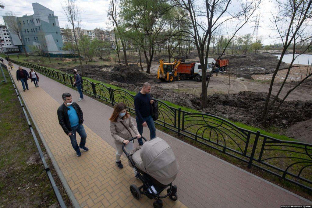 Будівельні роботи з облаштування парку біля озера на проспекті Романа Шухевича. Фото - Андрій Дубчак
