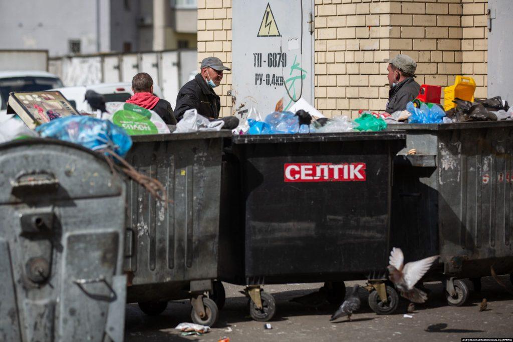 Безхатченки на Троєщині – теж у масках, певно, щоб не чіпала поліція. Фото - Андрій Дубчак