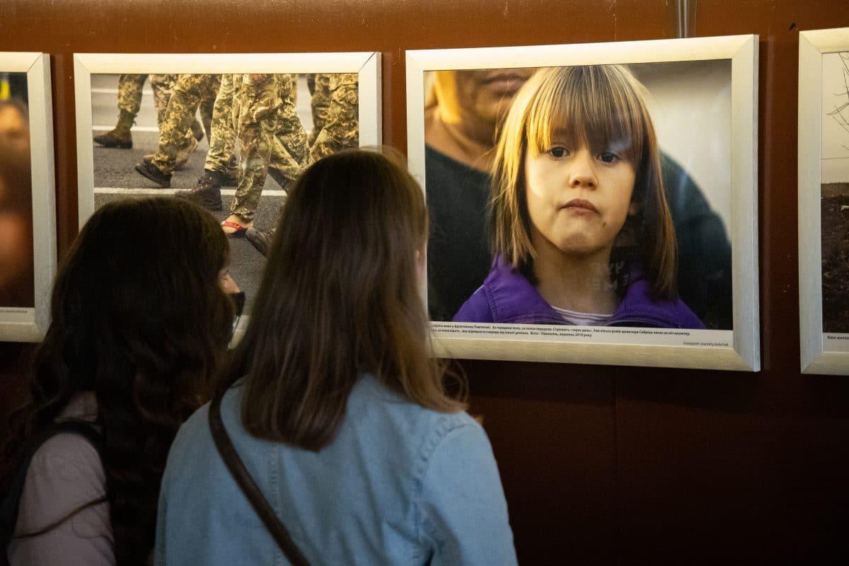 """""""Коли клятви підписано кров'ю"""" – так називається фотовиставка воєнного кореспондента """"Радіо Свобода"""" Андрія Дубчака, яка відкрилася в Києві."""